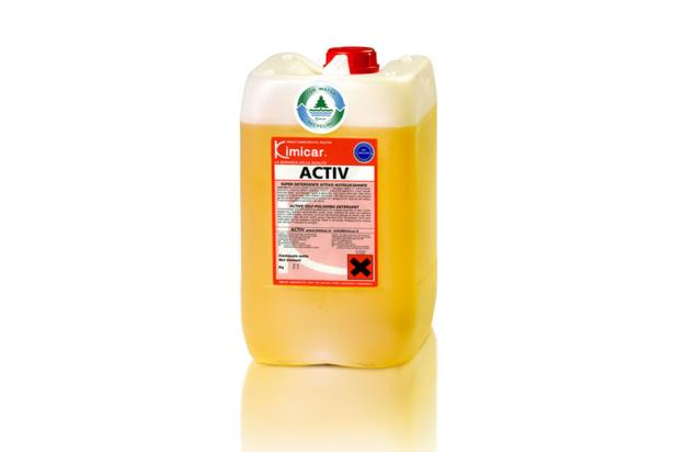 Detergente autolucidante concentrato per il lavaggio rapido di autovetture, autocarri